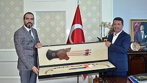AK Parti İl Başkanı Ahmet Özdemir, Başkan Okumuş'a 'Ufku Açık Olmak Bambaşka Bir Şey'