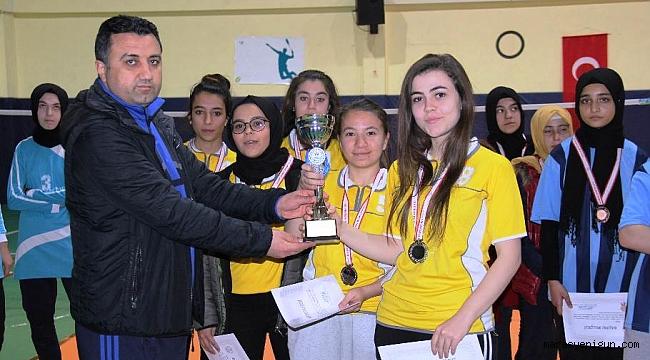 Okul Sporları Badminton Gençler İl Birincileri Kupalarını Aldı