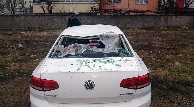 Otomobilin çarptığı direk ikiye bölündü