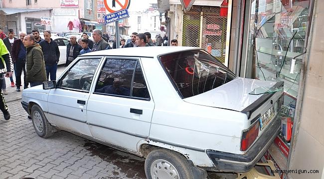 El Freni Çekilmeyen Otomobil İş Yerine Girdi