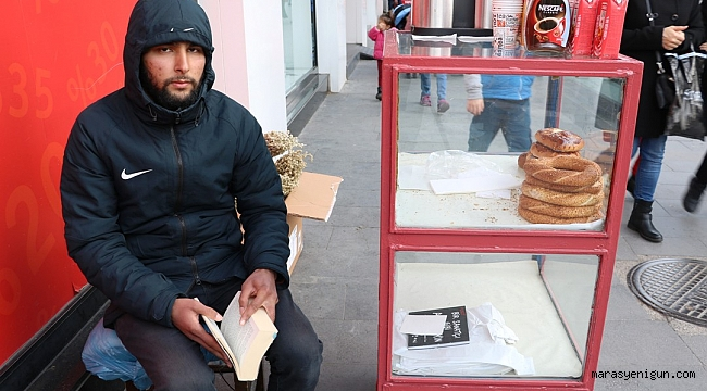 Simit Satarak Kitap Okuyor