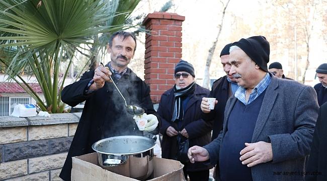 Sokakta Bardak Bardak Tirşik Çorbası İçiyorlar