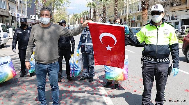 Esnaftan Polislere Yastık, Bayrak
