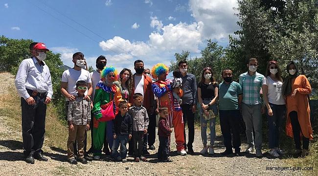 Köy Köy Gezip Çocuklara Oyuncak Dağıtıyorlar