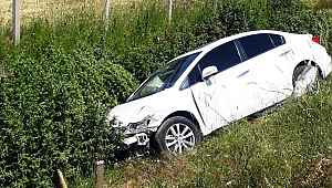 Otomobil İle Kamyonet Çarpıştı: 2 Yaralı