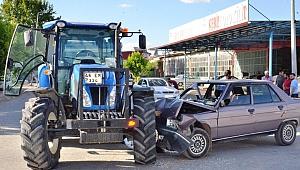Traktöre Çarpan Otomobilin Sürücüsü Yaralandı