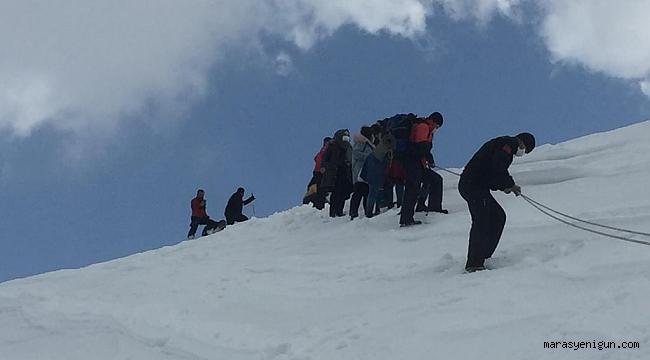Karda Mahsur Kalan İnsanları Jandarma Ekipleri Kurtardı
